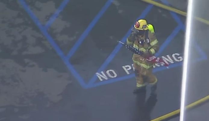 De brandweer van Anaheim, Californië, haalde deze vlag van het dak van een brandend gebouw.