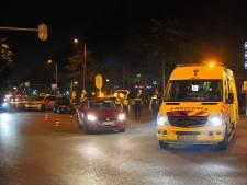 Fietser botst in centrum Nijmegen op personenauto en raakt gewond