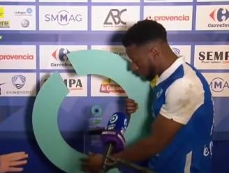 """""""Je kan zien dat het mijn eerste keer is"""": aanvaller van Grenoble gaat de mist in bij uitreiking prijs man van de match"""