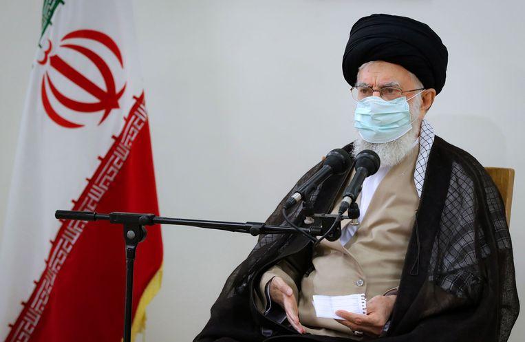 Volgens Irans hoogste leider Ali Khamenei hebben de demonstranten goede reden om te protesteren, maar bij sommige protesten keerde de woede zich ook tegen de ayatollah.  Beeld EPA