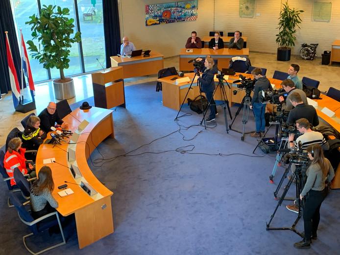 Veel belangstelling voor de persconferentie van de autoriteiten in Maasdriel.