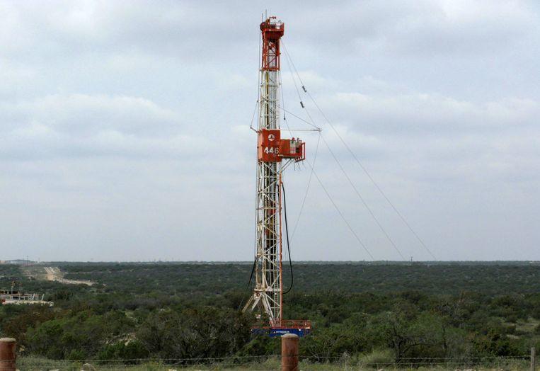Winning van schalieolie in de Amerikaanse staat Texas. Shell deed dat ongeveer tien jaar, maar trekt zich nu terug en verkoopt zijn Texaans bezit aan ConocoPhillips. Op de foto een installatie van het oliebedrijf Apache. Beeld Reuters