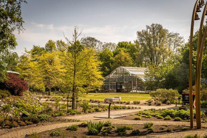 Het buitenterrein van Museum Klok & Peel in Asten gezien vanaf de parkeerplaats.