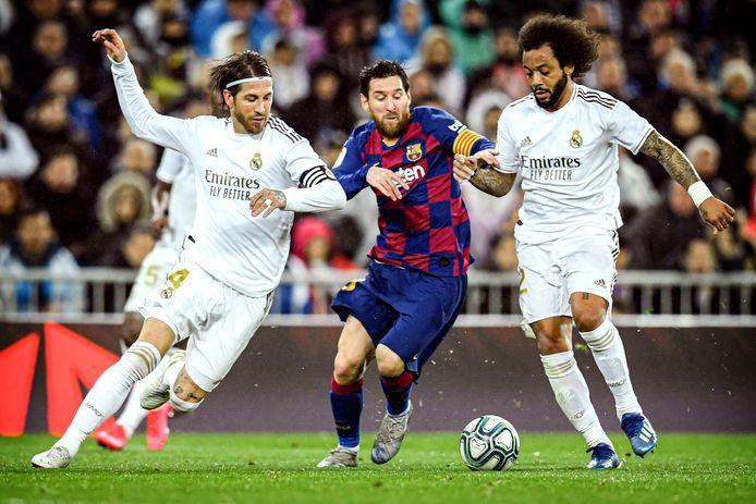 Sergio Ramos (links) en Lionel Messi (midden) zijn boegbeelden van respectievelijk Real Madrid en FC Barcelona, maar het is onduidelijk of zij volgend seizoen nog voor hun club uitkomen. Beide spelers hebben een aflopend contract.