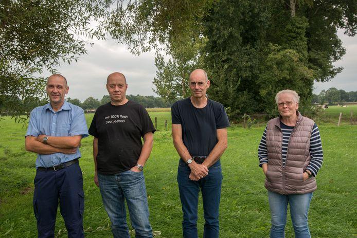 Omwonenden van 't Hul Noord zijn fel gekant tegen de komst van een woonwijk in het gebied. Hans van Renselaar staat helemaal links.