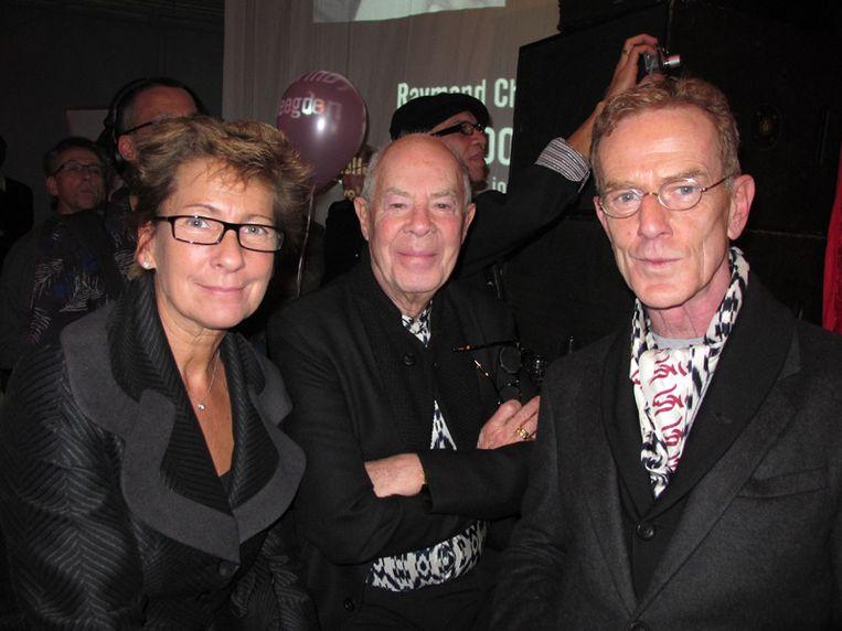 Zij komen Erwin Olaf huldigen: vlnr Janine van den Ende, Hans van Manen en Henk van Dijk.  <br /> Beeld