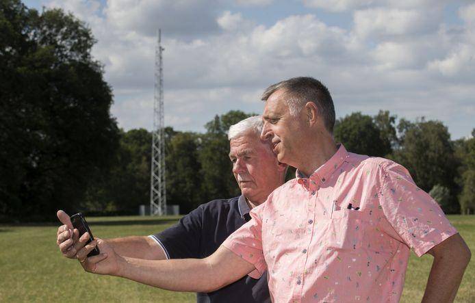 Er is onrust over plan gsm mast in Noordijk op Needse Berg. Henk Radstaak (rechts) en Wim Wormgoor (blauwe polo) van Noordijks Belang zijn voorstander van mast, die er gewoon komt. De vergunning is onherroepelijk.