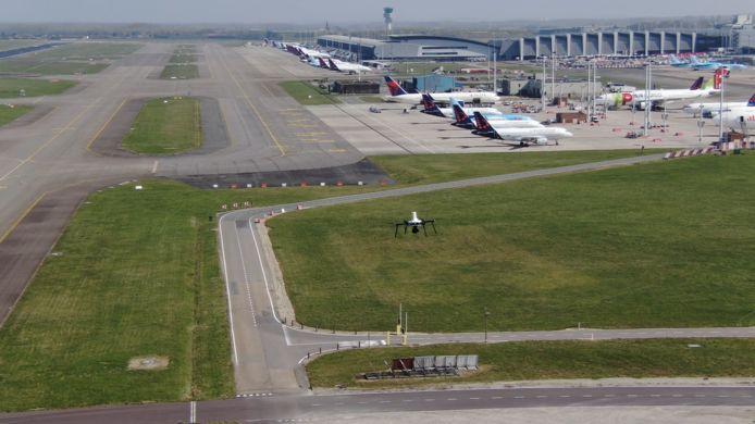 De drone vloog over het volledige luchthavendomein.