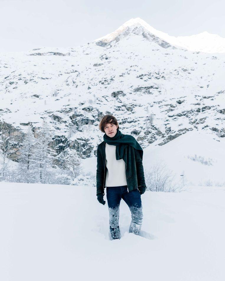 De schrijver in de Zwitserse alpen. Beeld Rebecca Fertinel