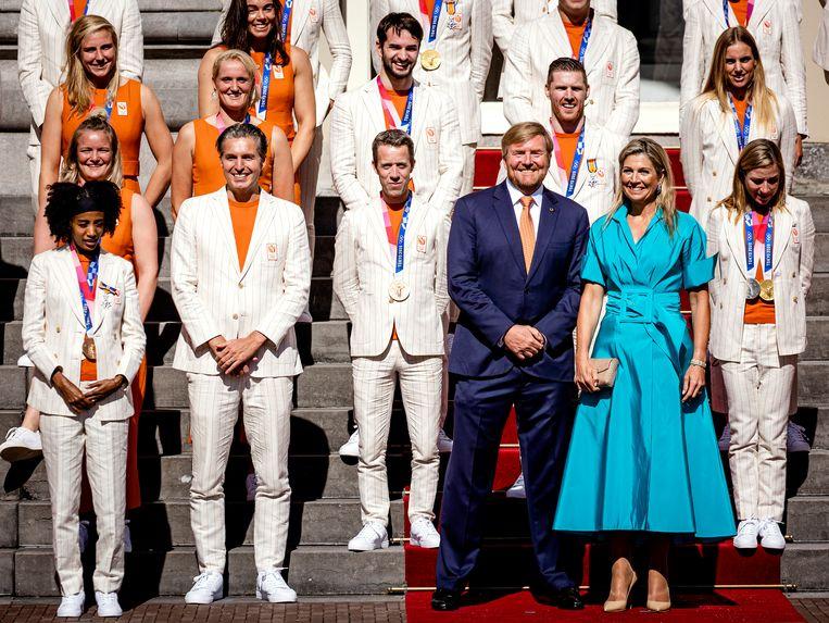 Koning Willem-Alexander en koningin Máxima poseren met de medaillewinnaars. Beeld Hollandse Hoogte /  ANP