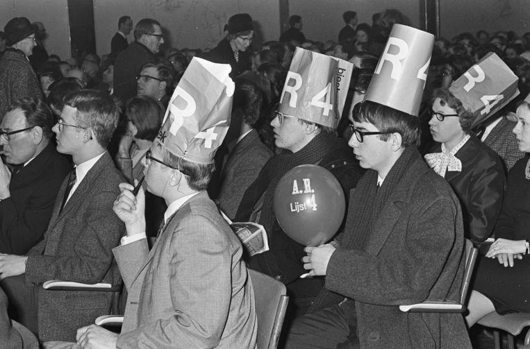 Leden van ARP-jongerenclub Arjos, de Nationale Organisatie van Anti-Revolutionaire Jongerenstudieclubs, op verkiezingsavond in hotel Krasnapolsky te Amsterdam, 26 januari 1967 Beeld Nationaal Archief