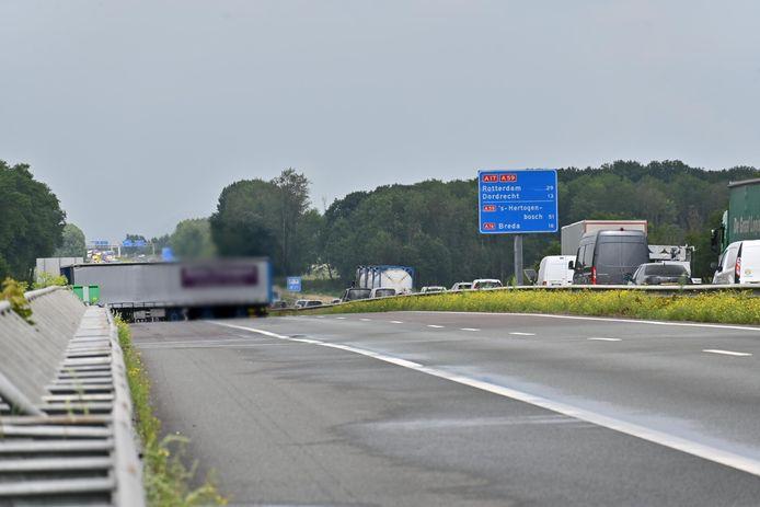 De geschaarde vrachtwagen op de A17 bij Moerdijk.