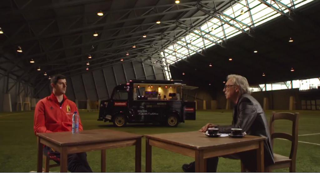 Courtois in gesprek met Mulder.