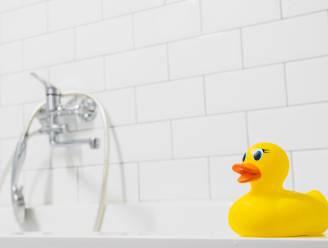 Peuter verdrinkt in bad terwijl moeder met vriendin aan het bellen is