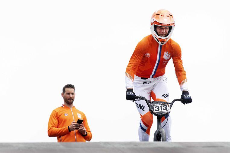 Niek Kimmann suist van de startheuvel op Papendal. Achter hem bondscoach Raymond van der Biezen. Beeld ANP / Olaf Kraak