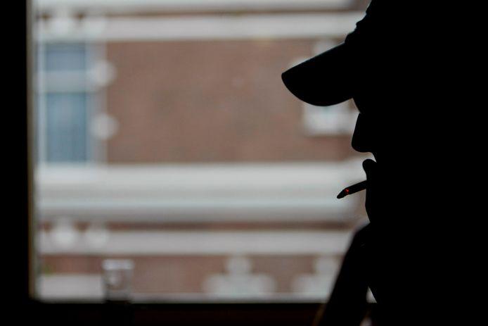 Roker in een café