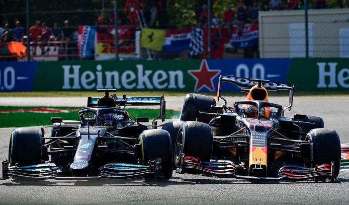 Lewis Hamilton en Max Verstappen zij aan zij  op Monza.