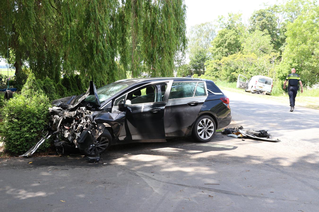 Bij een harde botsing in de buurt van Tollebeek raakten twee auto's compleet beschadigd. De bestuurders moesten naar het ziekenhuis.