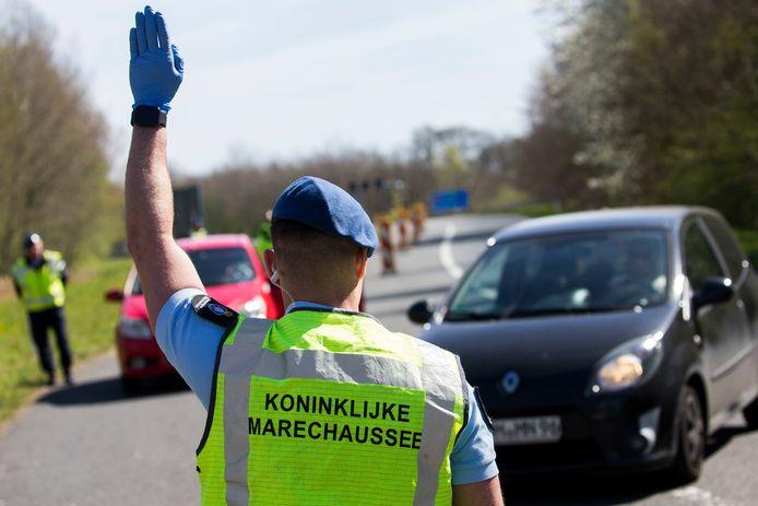 De Nederlandse marechaussee voerde eerder ook al controles uit aan de grens met Duitsland, om verspreiding van het coronavirus te voorkomen.