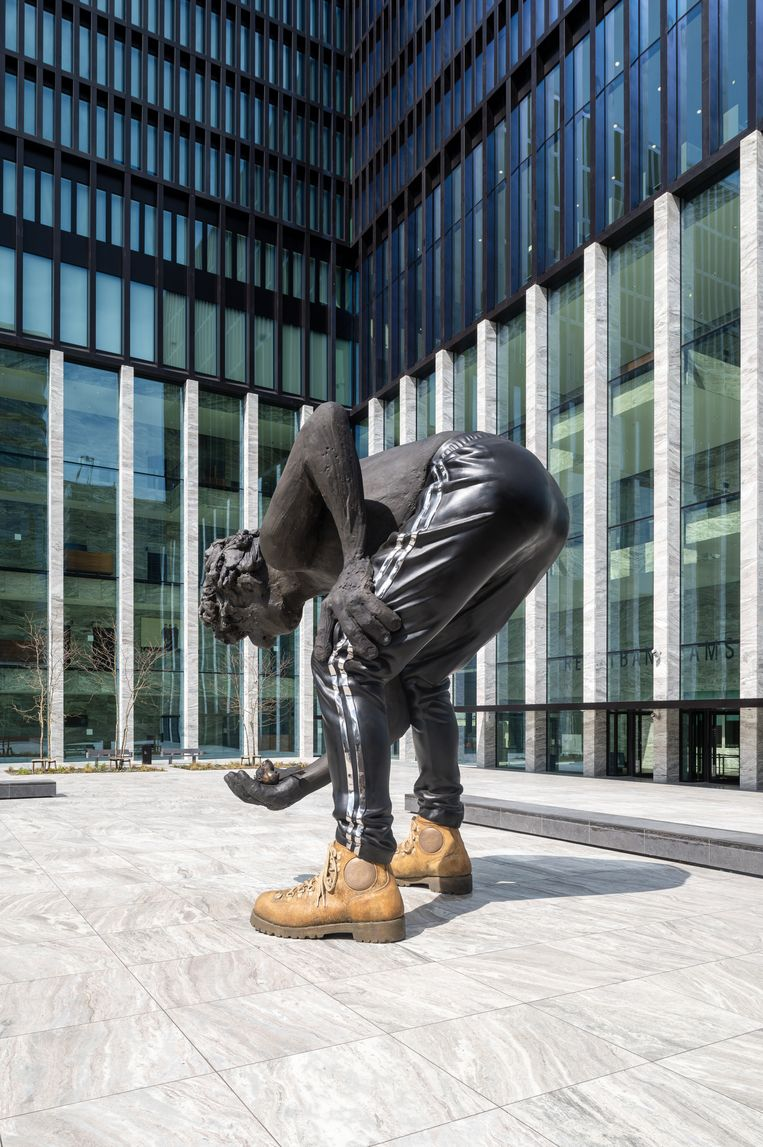 Het 5 meter hoge standbeeld Love or Generosity van Nicole Eisenman voor de nieuwe rechtbank in Amsterdam. Beeld Tom Philip Janssen