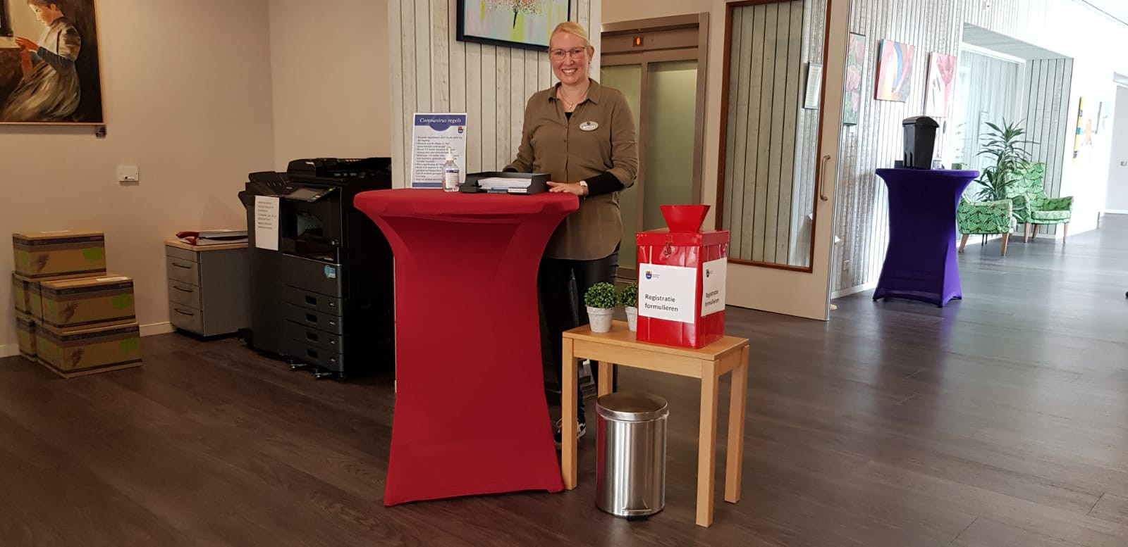 Horecamedewerker Angelique Oldewening is nu gastvrouw in woonzorgcentrum De Kaap in Hoogeveen.
