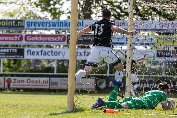 Evert Römer scoort de 1-1 tegen Hoogeveen.
