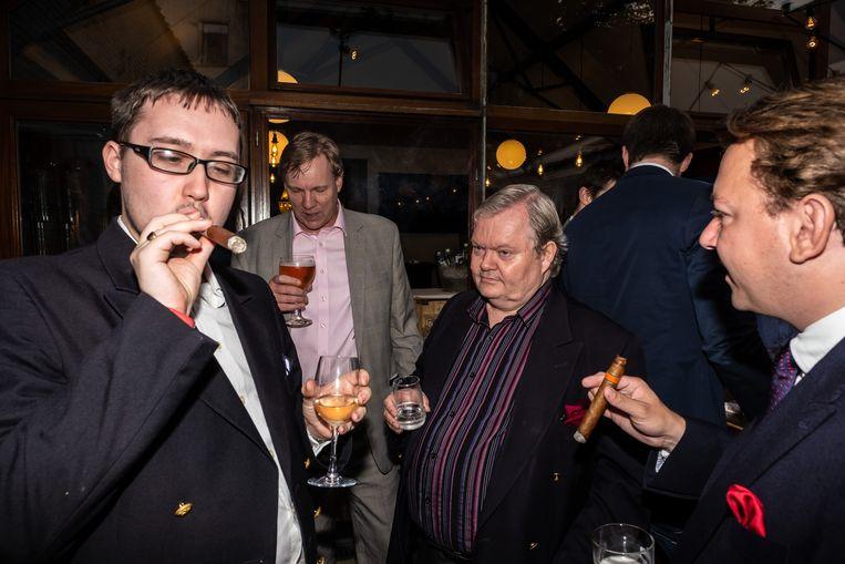 Rokers genieten van een sigaar in het Brusselse restaurant Invictus.  Beeld Wouter Van Vooren