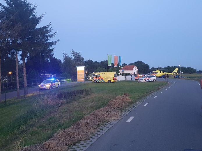 Bij recreatiecentrum De Scherpenhof heeft zondag een ernstig ongeluk plaatsgevonden. De bestuurder van een scooter kwam hard ten val nadat hij te hard over een verkeersdrempel reed.