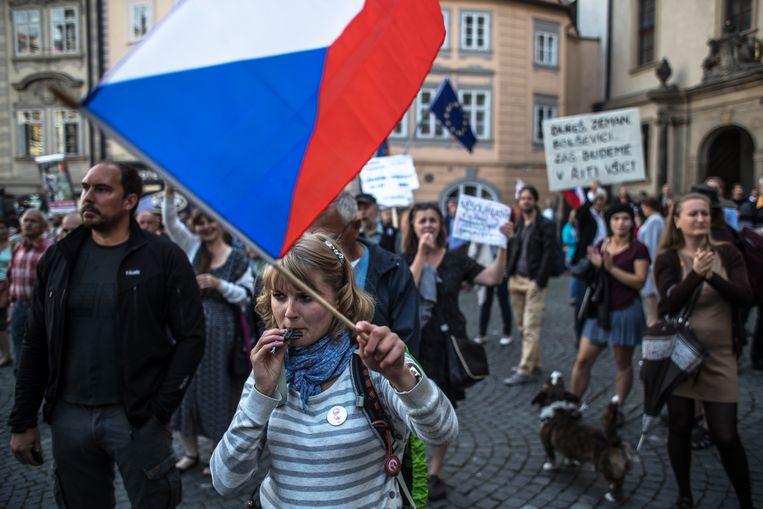 Betogers voor het parlementsgebouw in Praag tijdens het debat over de regering van premier Babis. Beeld EPA