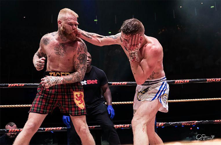De Schot Tony Lafferty incasseert een rechtse van Scott McHugh uit Engeland. Lafferty wint uiteindelijk de knokpartij in de Londense O2. Beeld BKB