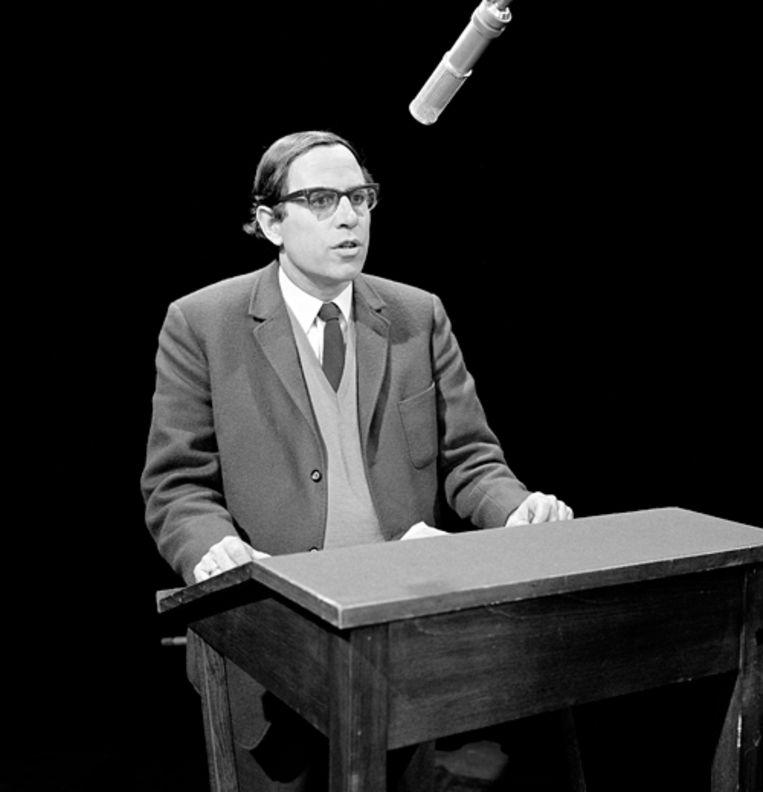 C. Buddingh' draagt voor in het VARA-programma Hadimassa, 1967. Beeld A. Vente
