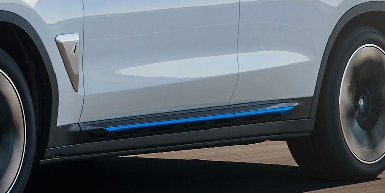 Blauwe accenten onderscheiden de ix3 van de andere X3'en, omdat blauw het nieuwe groen is. Op de namaakluchtstroominlaat prijkt dan ook nog eens de 'i' van elektrisch. Beeld