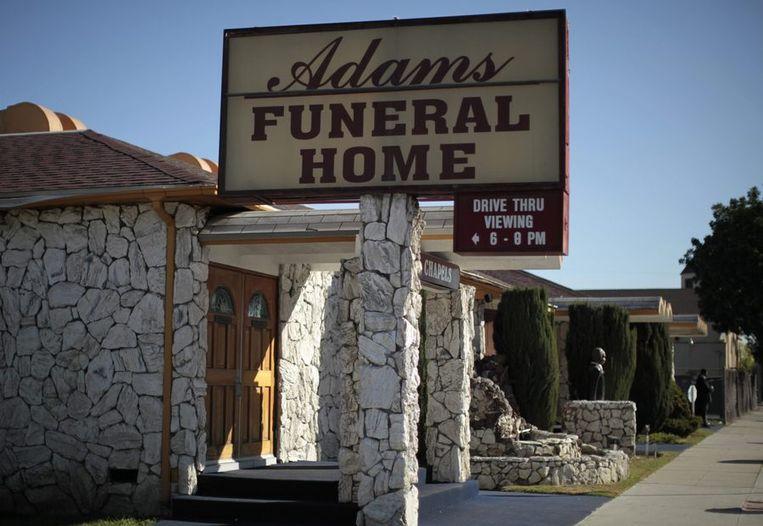 Afscheid nemen van een geliefde zonder uit die auto te moeten: bij deze begrafenisondernemer in Los Angeles kan het. Beeld reuters