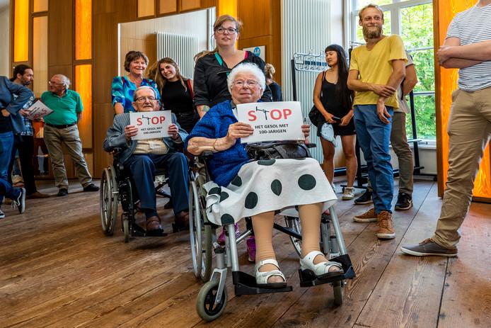 Bewoners van verzorgingshuis Tuindorp-Oost van zorginstelling Careyn protesteren in de raadszaal in Utrecht.
