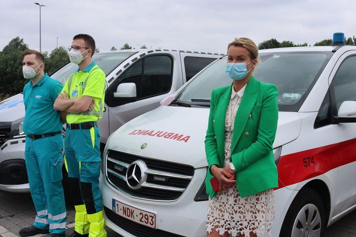 Beata Zach (45) bij de ambulance, wachtend op de bussen met de besmette tieners.