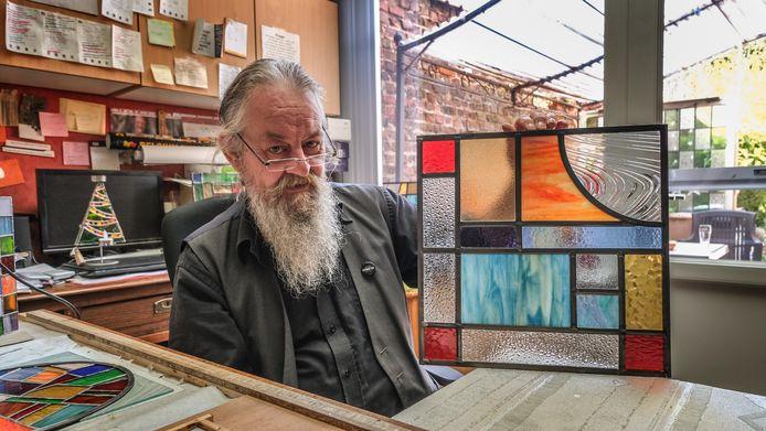 Bart Vermeulen (59) aan zijn werktafel in de veranda.