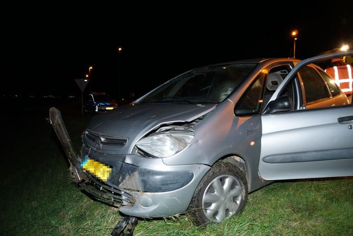 De voorkant van de auto raakte door de duikvlucht beschadigd.