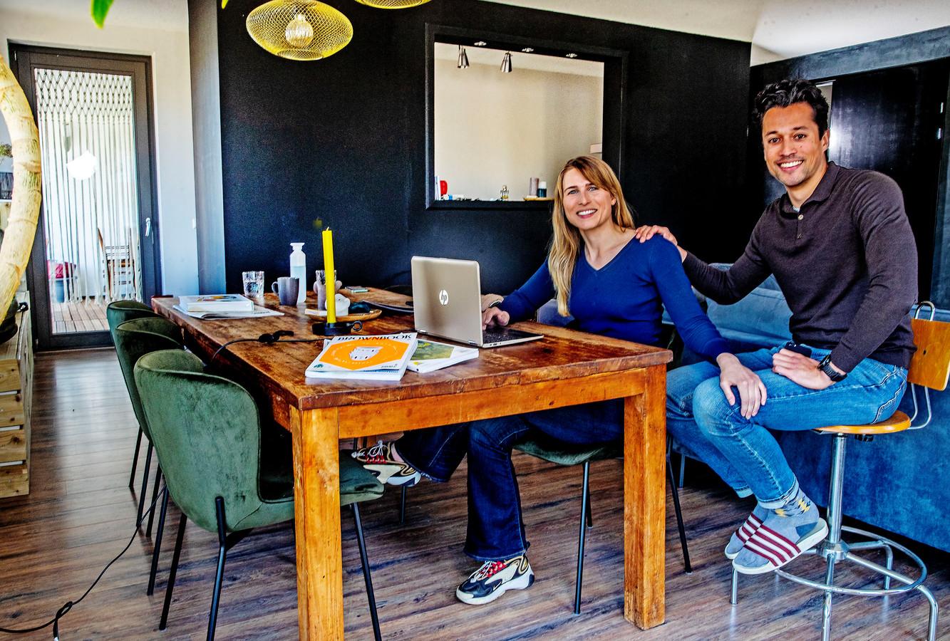 Linda Klunder en haar vriend Wiigwas Geertsema zagen de huizenprijzen in Amsterdam met de week stijgen, nadat de overdrachtsbelasting voor kopers onder 35 jaar werd afgeschaft.