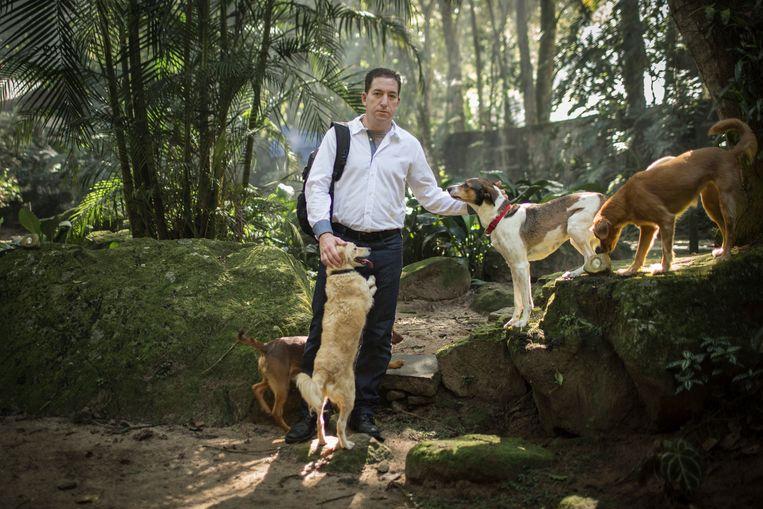 Greenwald op stap in de buurt van zijn huis in Rio de Janeiro. Hij adopteerde er ruim twintig zwerfhonden, maar ook die wil men dood. Beeld NYT JIMMY CHALK