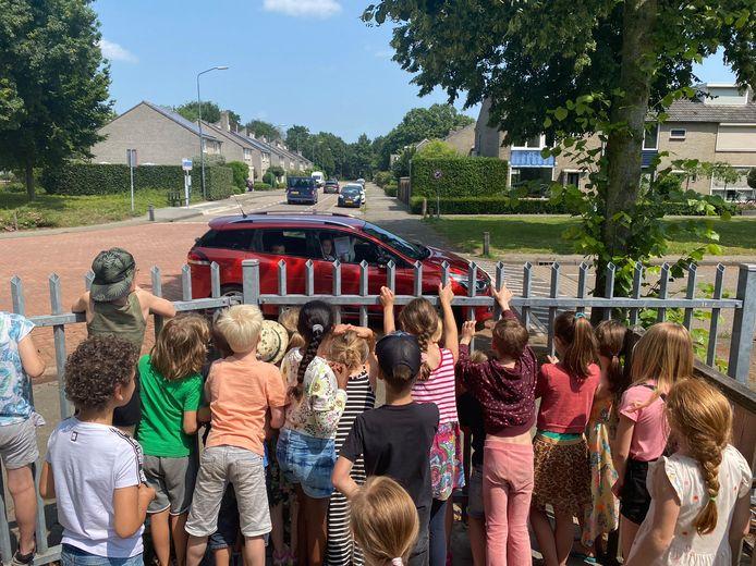 Juf Marloes kwam deze week zelf in haar auto het nieuws over corona aan het hek van De Bolster in Sint Michielsgestel.