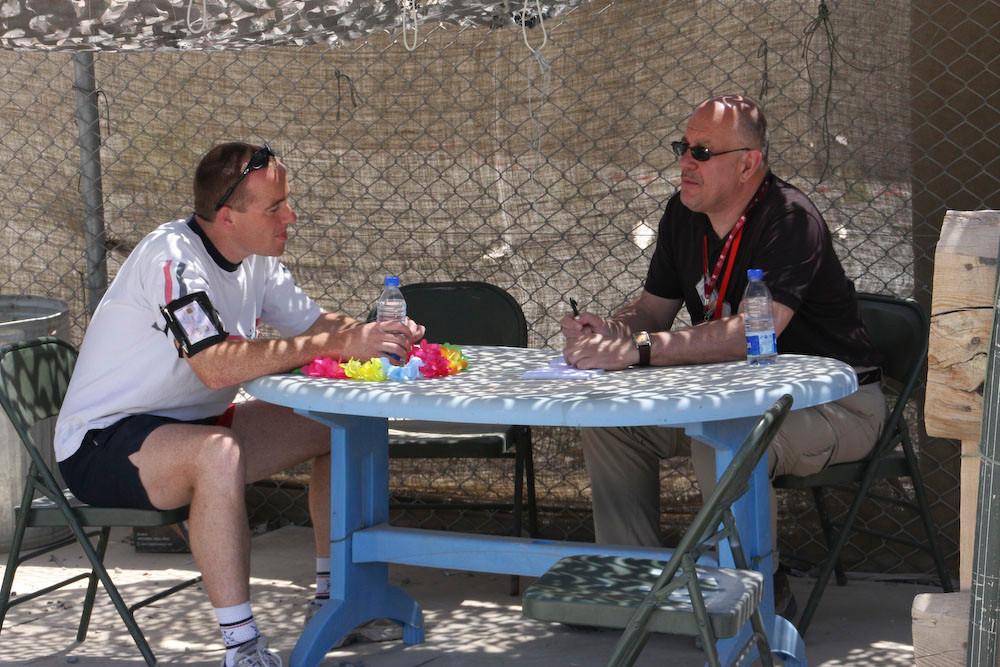Kees Backx in Afghanistan, waar hij een interview afneemt.
