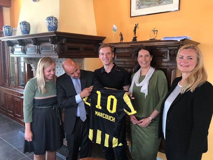 Ahmed Marcouch (tweede van links) wordt welkom geheten in Arnhem door (vanaf links) Martien Louwers, Jurgen Elfrink, Sabine Andeweg en Cathelijne Bouwkamp.