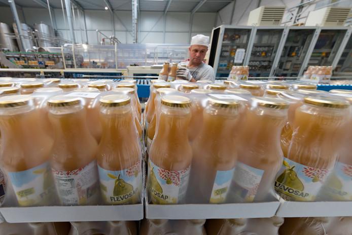 De fabriek van Flevosap in Biddinghuizen. Het bedrijf produceert biologische en 'gewone' natuursappen. Kenmerkend: de troebele 'natuuruitstraling'.