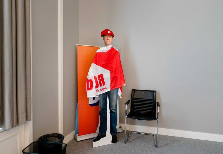 Een kartonnen pop van Mark Rutte met een SP-muts en vlag. Beeld ANP