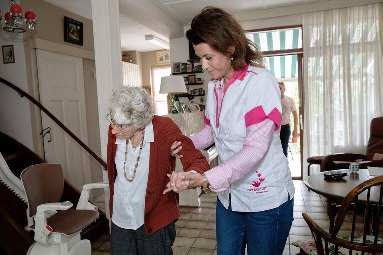 Kitty van der Ark (83) krijgt verpleeghuiszorg aan huis van verpleegkundige Michelle Leijendekker.  Ze hoopt nog lang thuis te kunnen blijven wonen.  Beeld Inge van Mill