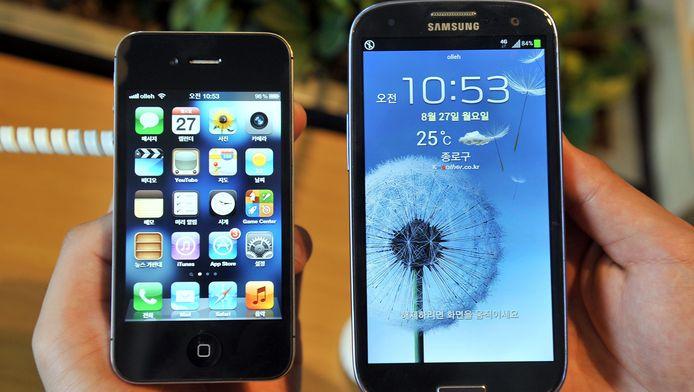 Links de Apple iPhone 4S. Rechts de Samsung Galaxy S3.