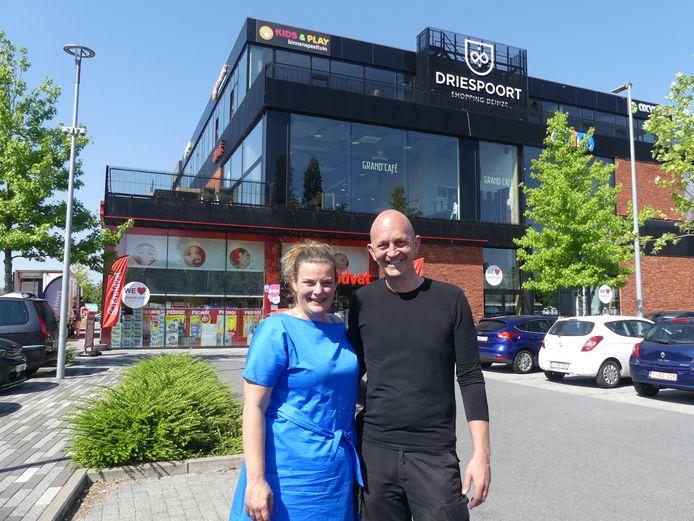 Niki Claes en Bart Basselier van Very Food Catering met op de achtergrond hun toekomstige horecazaak Grand Café Driespoort.