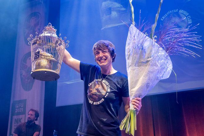 Monique Hendriks met de Gouden Vink-trofee die hoort bij de Nederlandse titel poetry slam.