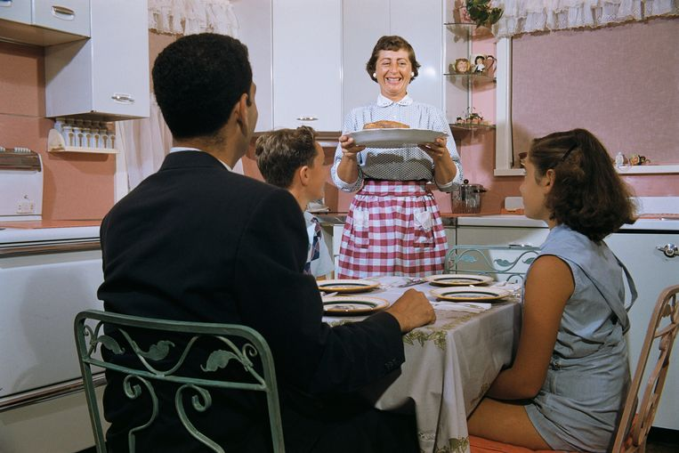 Een beeld uit de oude doos: moeder serveert het eten voor het gezin. Carel van Schaik: 'Gelijkheid in outcome interesseert mij niet. Gelijkheid van kansen, daar moeten we naar streven.' Beeld Corbis via Getty Images