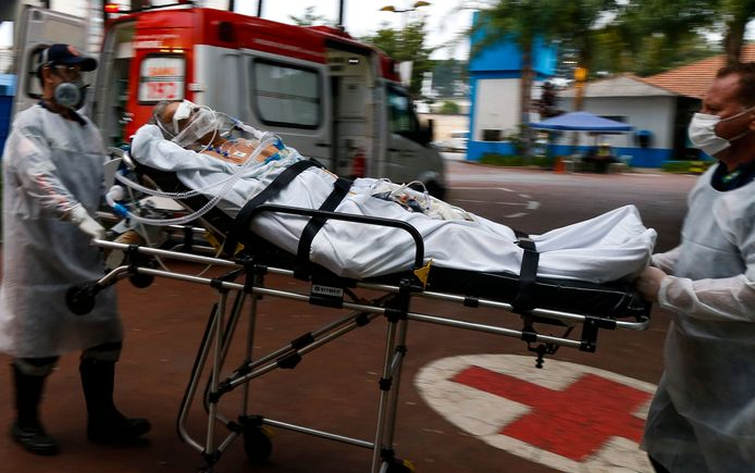 Coronapatiënten worden aan de lopende band binnengebracht in de Braziliaanse ziekenhuizen.